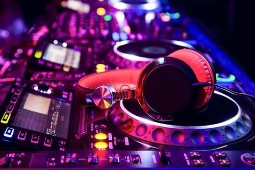 10 erros comuns na avaliação do DJ para a sua festa